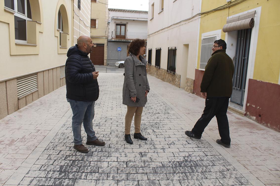 La alcaldesa de alc zar de san juan visita las obras de la calle santa elena objetivo clm noticias - Tanatorio valdepenas ...