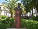 """Ciudad Real rinde tributo a Javier Segovia con la imposición del pañuelo de """"yerbas"""" a la estatua del cantautor en el Prado"""