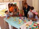 El mercadillo solidario del campamento urbano en Manzanares recauda fondos para escolarizar menores en Burkina Faso