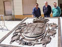 Carlos Guerra plasma en un monumental escudo de bronce los principales hitos de Almodóvar del Campo