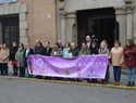 La Corporación condena la violencia de género con un minuto de silencio en la puerta del Ayuntamiento de Talavera
