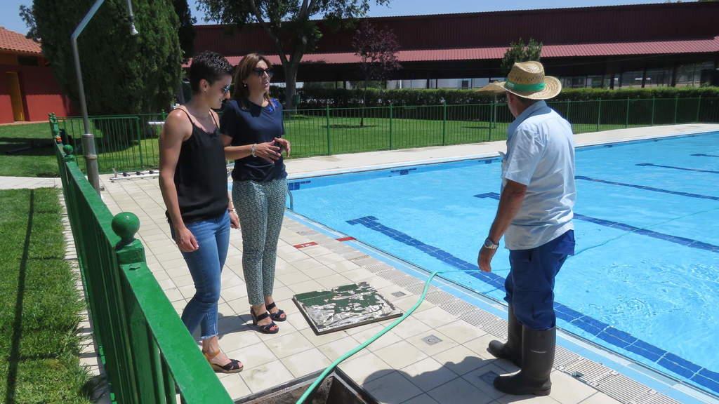 La piscina municipal de manzanares estrena baldosas for Piscina municipal ciudad real