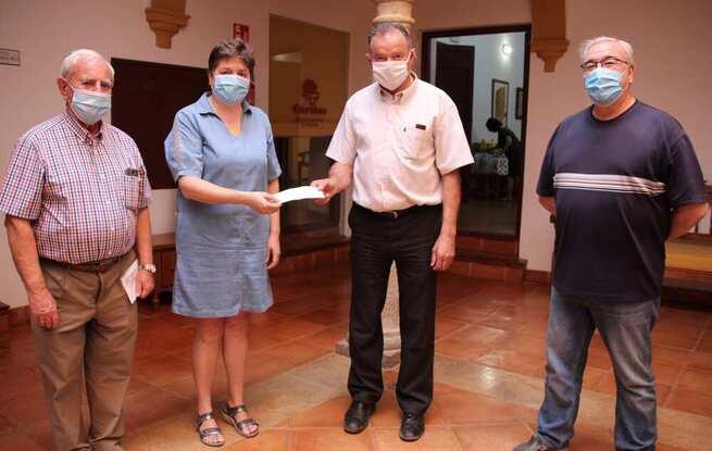 Cáritas-La Solana recibe 1.100 euros por la venta de estuches de vino solidarios