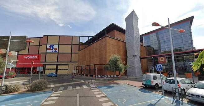 Los centros comerciales que abran este lunes tendrán que cerrar zonas infantiles y fijar sistema de conteo