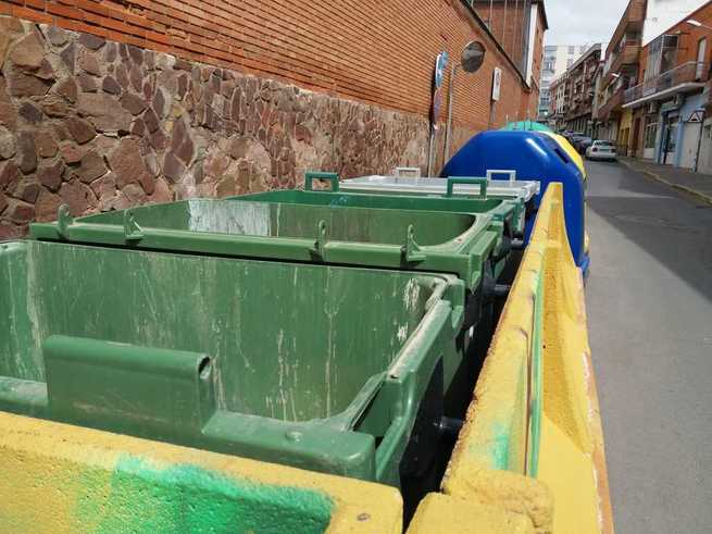 Valdepeñas retira las tapas de 2.000 contenedores para evitar el contacto durante la cuarentena
