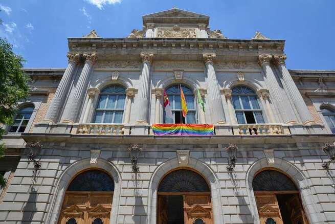 La fachada de la Diputación de Toledo luce la bandera arcoíris para conmemorar el Día del Orgullo LGTBI