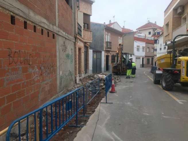 El ayuntamiento de Alcázar acomete la renovación del acerado y la red de agua en la calle Sandoval