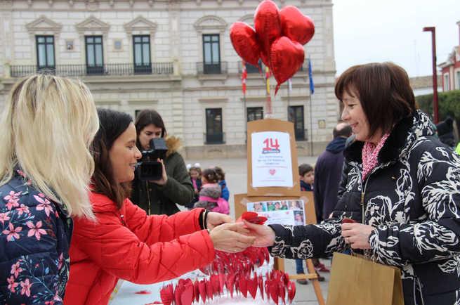"""La Fundación """"Menudos Corazones"""" visibiliza en Alcázar las cardiopatías congénitas a través de piruletas con mensaje"""