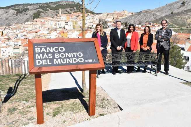 El Museo de Paleontología de Castilla-La Mancha instala el 'segundo banco más bonito del mundo' para incrementar su oferta turística
