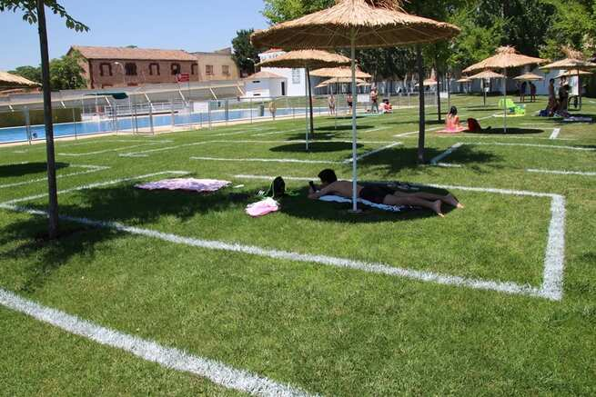 Dos turnos, delimitación de espacios y mucha higiene en la nueva temporada de piscinas en La Solana