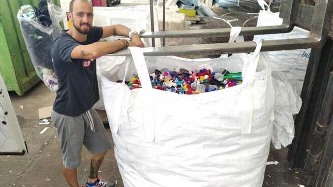La Asociación VivELAa realiza el primer traslado de los tapones recogidos en Miguelturra a la planta de reciclaje de Defesa