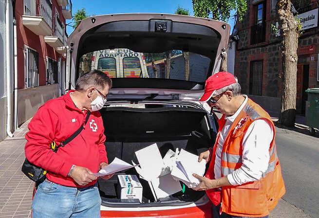 Cruz Roja facilita kits para que sus mayores continúen en casa los talleres de la Asamblea Local