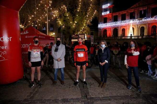 La alcaldesa respalda la 13ª edición de la Nocturna de Toledo que este año ha contado con la participación simbólica de Abel Antón