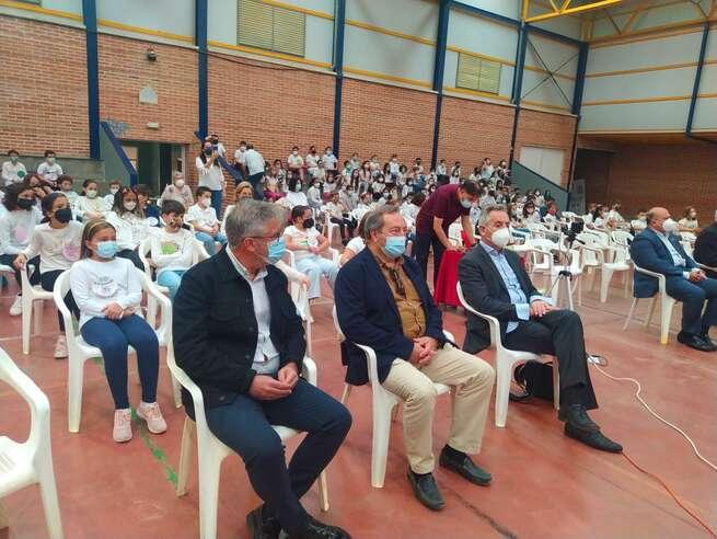 El alcalde de Valdepeñas asiste al 50 aniversario del edificio del colegio público Jesús Baeza