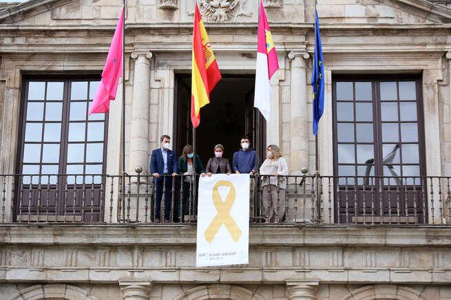 La alcaldesa de Toledo respalda a la Asociación de Niños con Cáncer y despliega en el Ayuntamiento el lazo dorado junto al colectivo