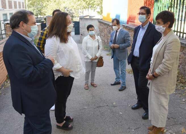 Caballero comprueba en Puertollano la efectividad del programa de refuerzo de limpieza en los colegios durante el horario lectivo