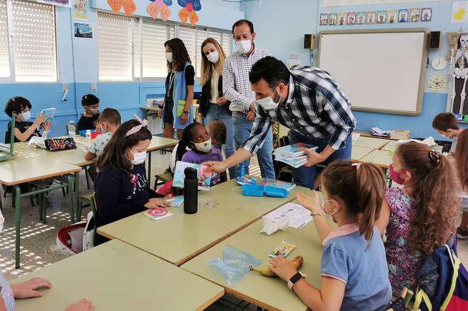 El Ayuntamiento de Azuqueca reparte cerca de 3.200 agendas y cuadernos en los colegios de la localidad