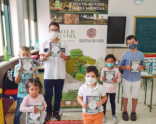 El alumnado de Primaria de Almodóvar y San Benito hacen uso de las agendas escolares que ensalza la rica biodiversidad comarcal