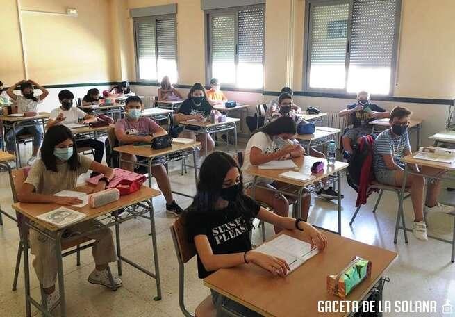 """Mil alumnos inician en La Solana un curso """"más optimista"""" en ambos institutos"""
