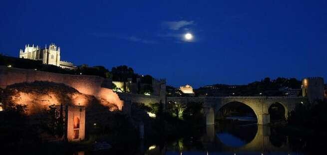 Toledo ilumina dos de sus monumentos hoy por el Día Mundial del Cáncer de Mama Metastásico y el Día Internacional de la Trombosis