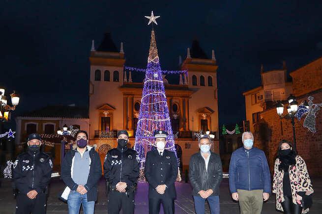 Encendido homenaje a sanitarios y cuerpos de seguridad en el estreno de la iluminación navideña de Almodóvar
