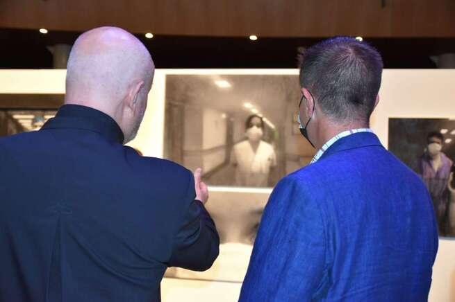 """Cabañero anima a la población a visitar 'Self Portait. Autorretrato Sanitario', exposición con la que el artista albaceteño Martínez Tendero da vida """"a quienes dieron vida durante la pandemia"""""""
