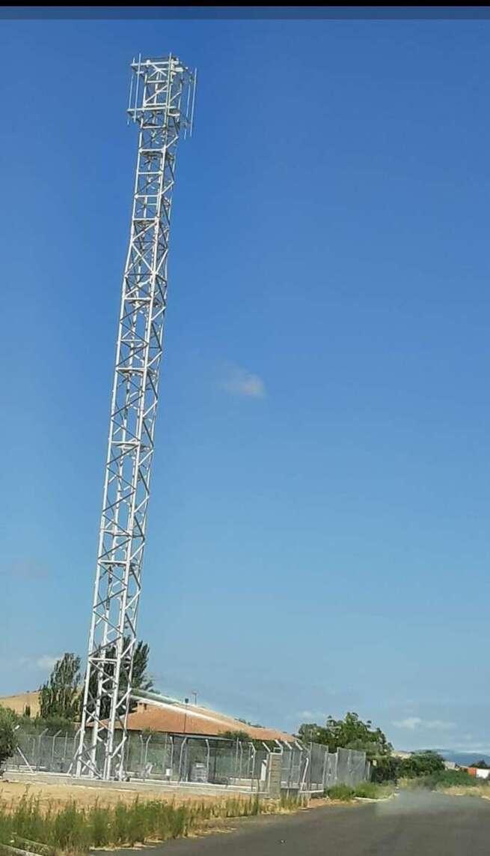 El PP de El Torno denuncia que el alcalde no hace caso a las peticiones vecinales de retirar la antena de telefonía instalada a la entrada del pueblo