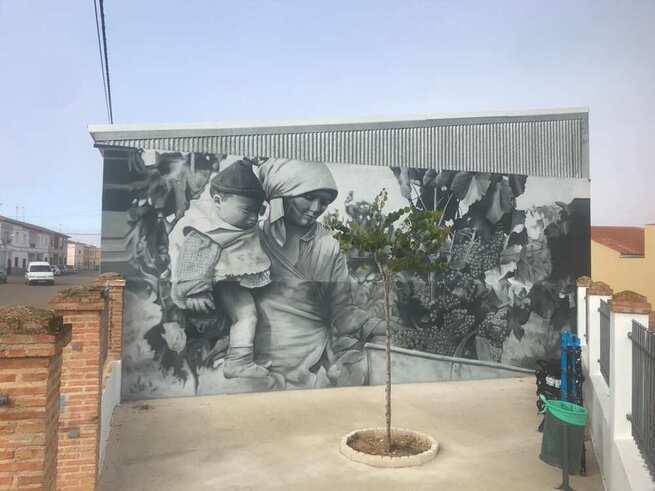 Franz Campoy vuelve a mostrar su arte en Quintanar con un magnífico mural en la Calle El Carmen