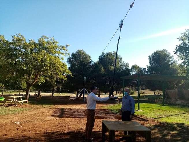 Instalada en Herencia una nueva zona de juego con una tirolina infantil y nuevos espacios de recreo
