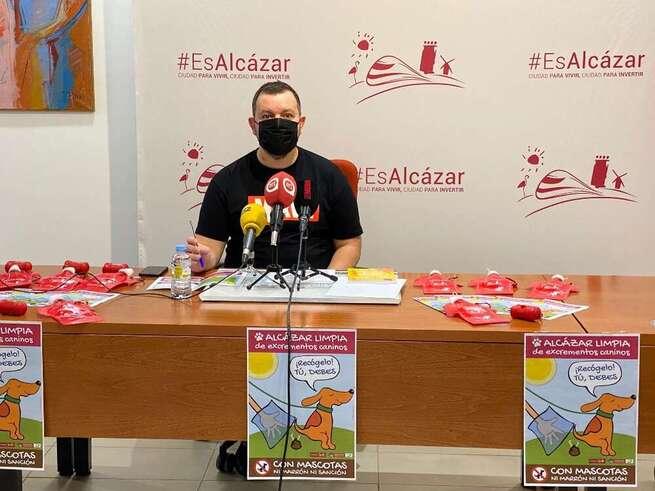 El ayuntamiento Alcázar inicia una campaña para la limpieza con agua y jabón de los orines de los perros