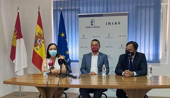 """El consejero de Agricultura anuncia en la EVE de Alcázar un acuerdo con la DO La Mancha """"que dará más viabilidad a la enológica"""""""