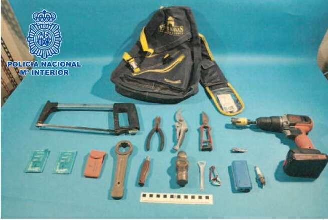 """La Policía Nacional detiene a dos jóvenes por robar bombonas de butano y sacos de """"pellet"""" y carbón en tres gasolineras de Puertollano"""