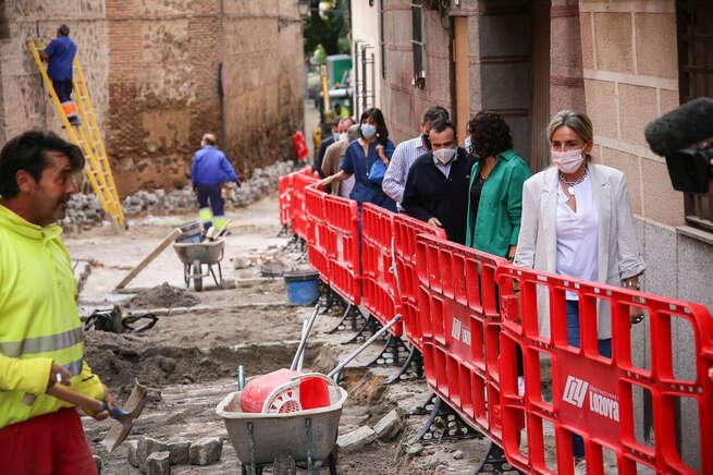 La alcaldesa de Toledo visita las obras de la Bajada del Barco y asegura que los daños de la DANA y Filomena ascienden a ocho millones
