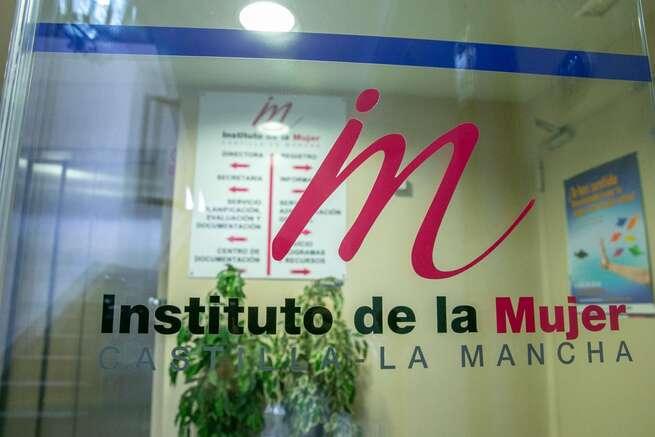 Otorga ayudas a 12 entidades de Castilla-La Mancha por importe de 175.000 euros para prevenir la discriminación múltiple que sufren las mujeres