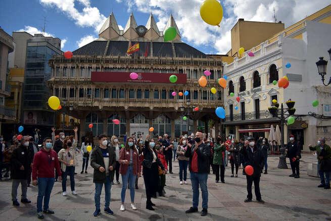 Ciudad Real conmemora el Día Mundial del Parkinson con una suelta de globos en la Plaza Mayor