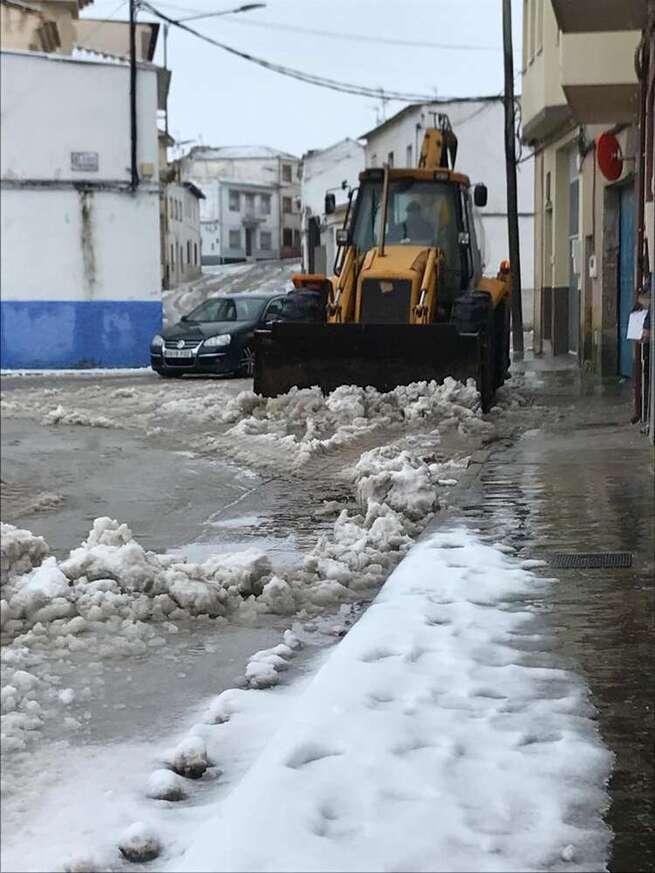 El Ayuntamiento de Miguel Esteban continúa esparciendo sal en puntos críticos y resolviendo incidencias
