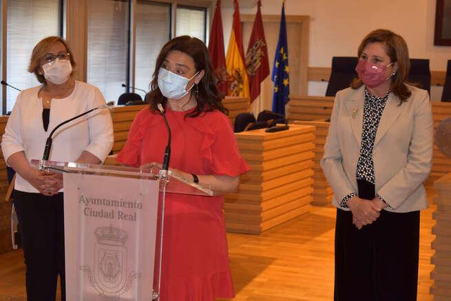 Pilar Zamora y Rosa Ana Rodriguez mantienen una reunión con la comunidad educativa de Ciudad Real