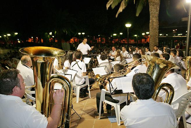 Los alumnos de la Escuela de Música Estival ofrecieron un concierto en el jardín dando el protagonismo a pasodobles y bandas sonoras
