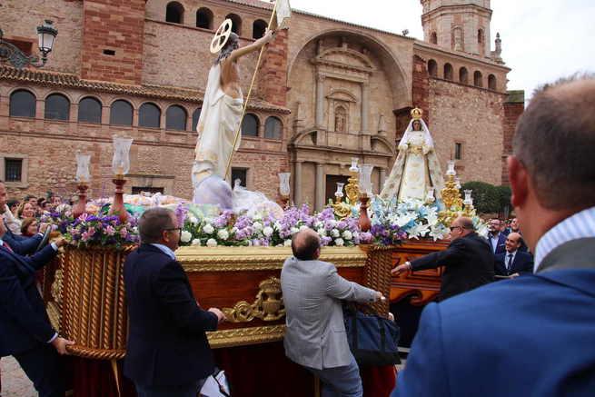 La lluvia de caramelos sustituyó a la de agua en la procesión del Resucitado de La Solana