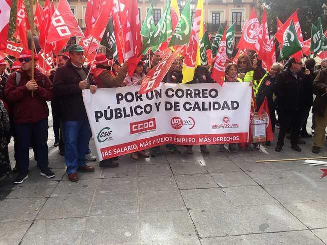 Unas 150 personas se concentran en Toledo contra la precariedad laboral y por la viabilidad del Correo Público