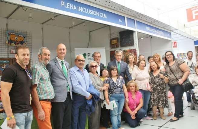 Caja Rural Castilla-La Mancha visita los stands de APACE, Apanas y Plena Inclusión en Farcama