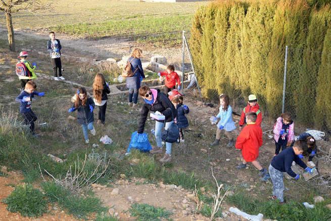 Los niños y niñas de la Pequeteca y de la Ludoteca plantan en Argamasilla de Alba cerca de un centenar de encinas