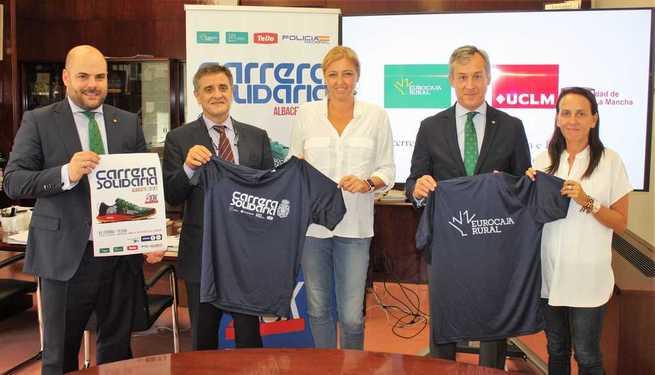 La UCLM viste la nueva camiseta de la Carrera Solidaria