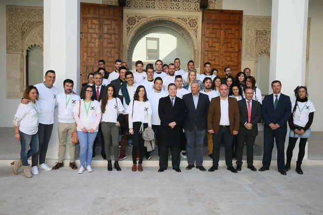 El presidente de Castilla-La Mancha ha recibido a medio centenar de jóvenes que serán los garantes del relevo generacional y la innovación en el campo