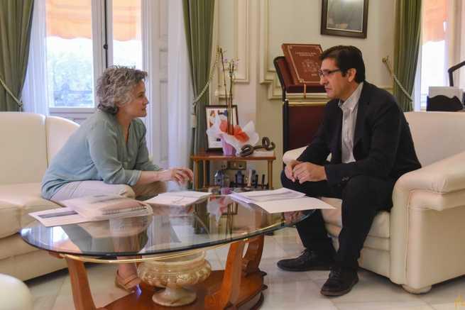 La alcaldesa de Fernán Caballero considera prioritario el arreglo de las dos travesías de carreteras provinciales