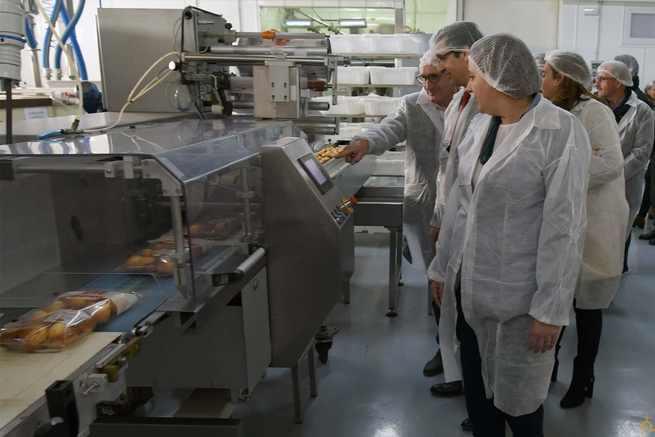 El presidente de la Diputación visita en Corral de Calatrava la fábrica de magdalenas Arenas