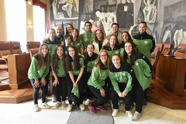 El Presidente de la Diputación de Ciudad Real recibe a las jugadoras del Balonmano Bolaños