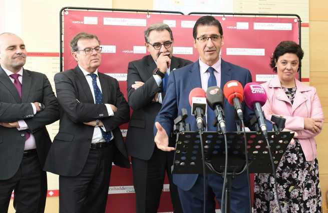 El presidente de la Diputación espera que los médicos que se forman en Ciudad Real ejerzan en la provincia