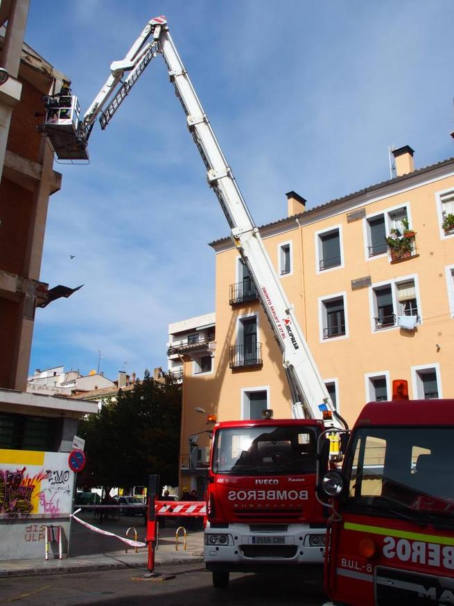 Imagen: Bomberos Municipales sanean la fachada del Edificio del Mercado Municipal para garantizar la seguridad en la zona