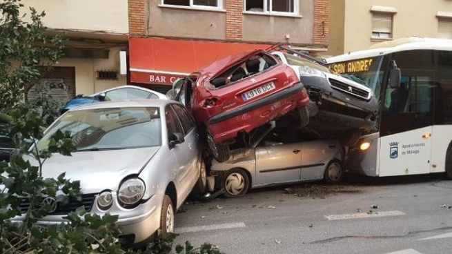 Impactante accidente en Málaga donde un autobús se lleva por delante nueve vehículos tras sufrir una infarto su conductor